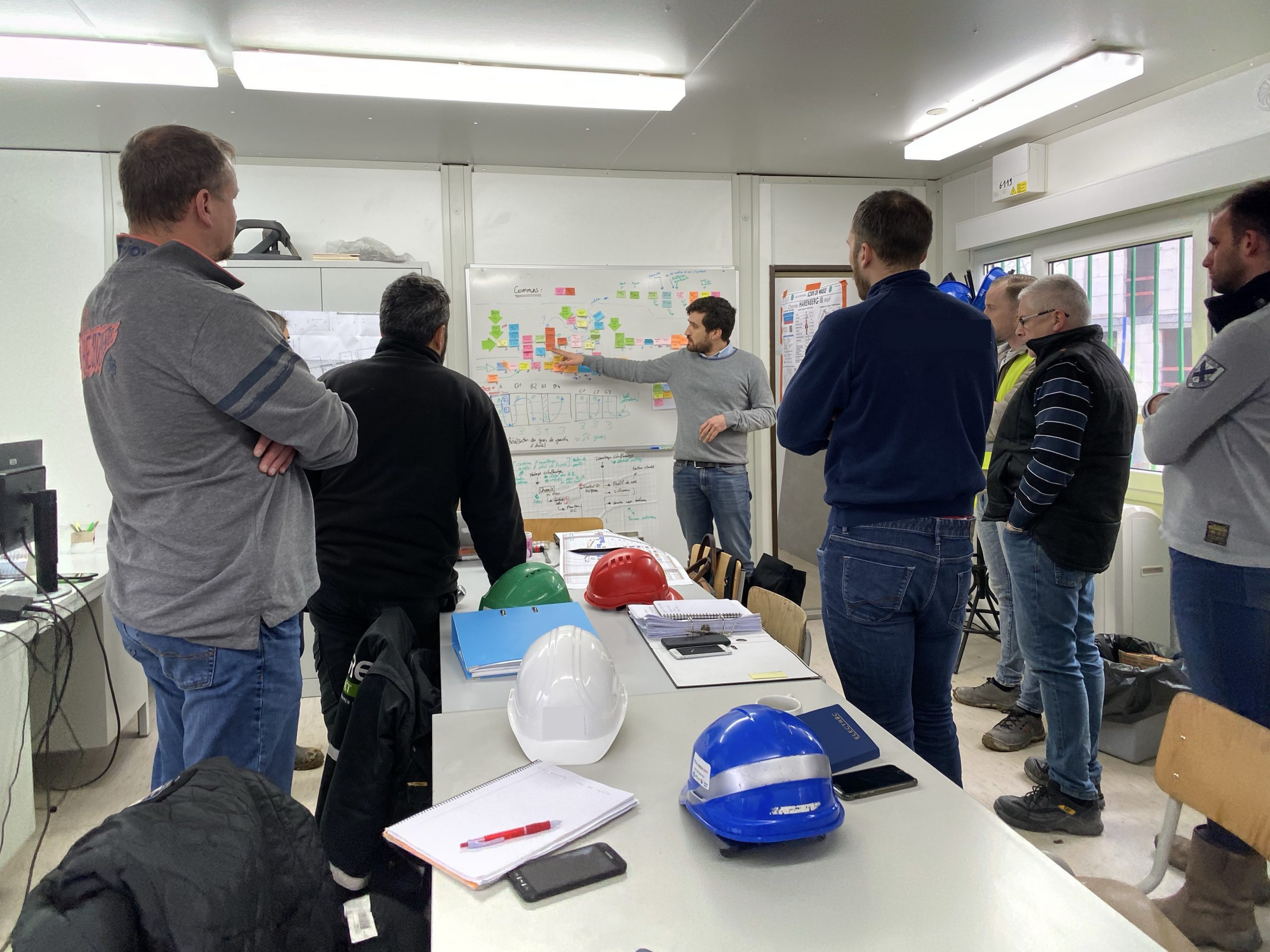 Photo d'un atelier de travail collaboratif avec les sous-traitants sur un chantier